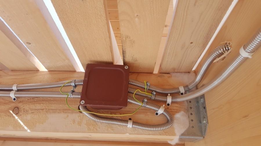 прокладка кабелей по деревянным конструкциям